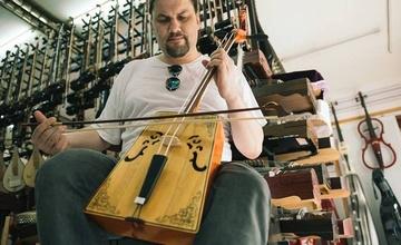 ŽIJÍ MEZI NÁMI... - setkání s adamovským hudebníkem a cestovatelem MICHALEM REICHEM