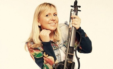 Koncertování pod schody: Ilona Stryová – housle, klavír, kytara, zpěv